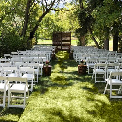 rustic wedding with pallet wall
